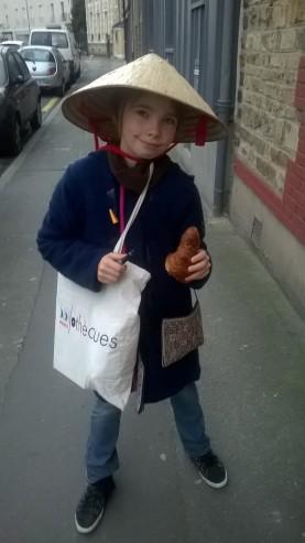 Louise en route pour la livraison de croissants